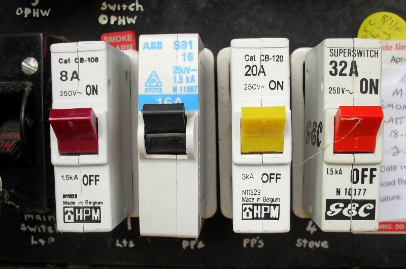 Electric circuit breaker
